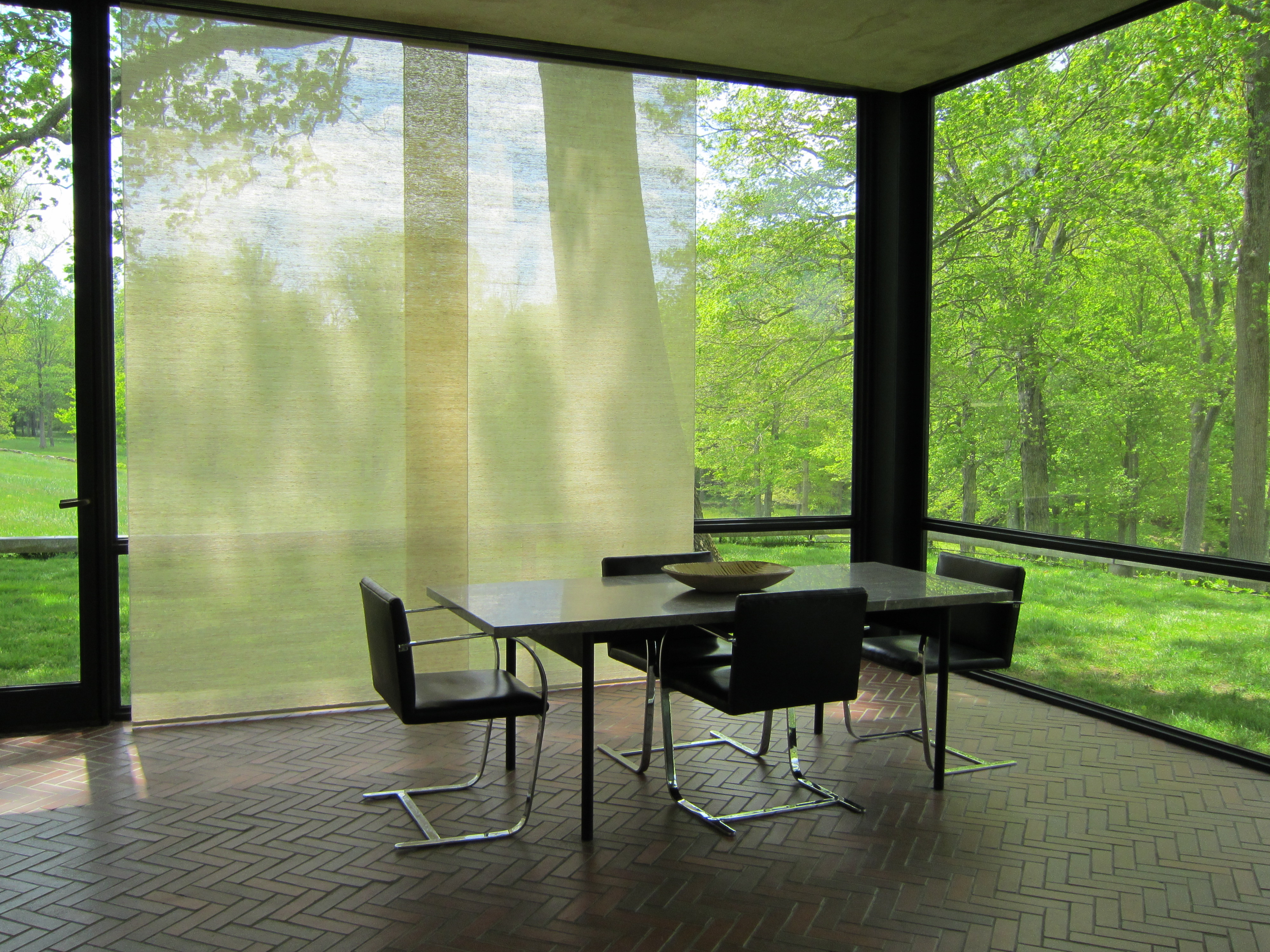Glass-House-Dining-rea-Philip-Johnson misfits' architecture - ^